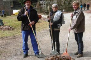 Die Vorstandsmitglieder beim Grabenputzen 2019